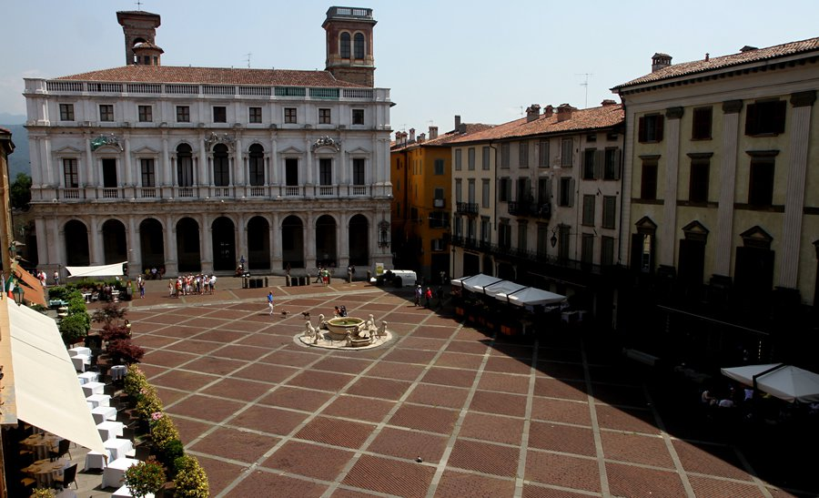 Старая площадь в Бергамо (Piazza Vecchia)